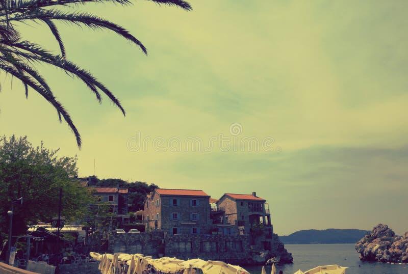 Liten stad Przno, Montenegro för palmträd och för amazinh arkivbilder
