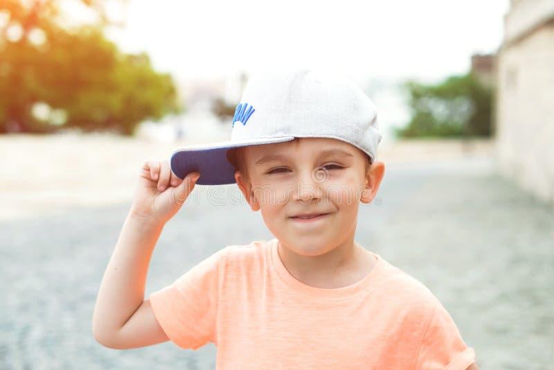 Liten stads- pojke utomhus Stående av den gulliga le ungen Stadsstil lurar stads- lycklig barndom fashion ungar Det älskvärda lil arkivfoto