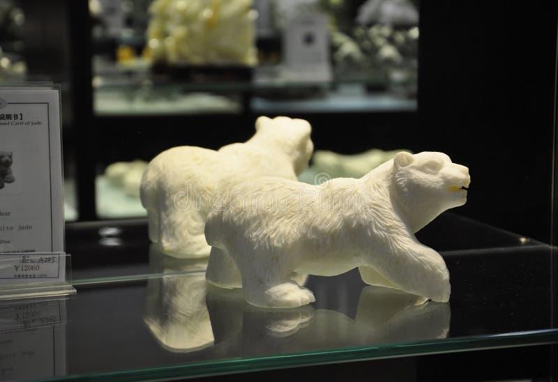 Liten staty f?r bj?rn som den kinesiska Jade Factory shoppar fr?n Peking fotografering för bildbyråer