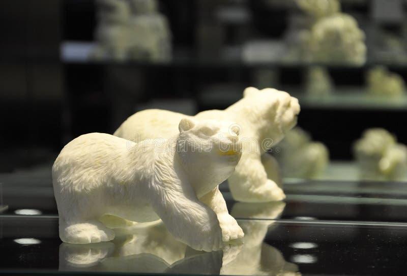 Liten staty f?r bj?rn som den kinesiska Jade Factory shoppar fr?n Peking royaltyfri bild