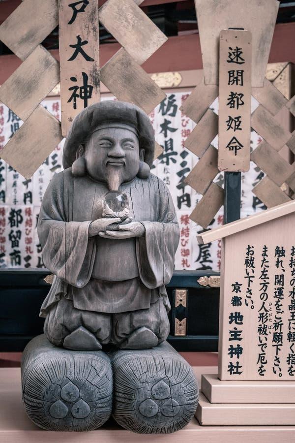 Liten staty på den Jinja-Jishu relikskrin inom den berömda Kiyomizu-dera buddistiska templet i Kyoto royaltyfri foto