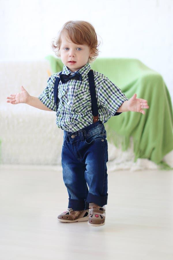 Liten stilig lockig pojke fotografering för bildbyråer