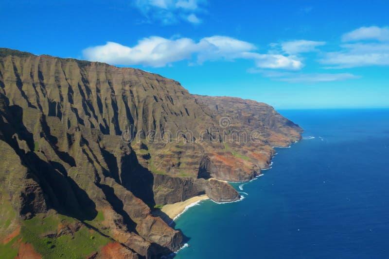 Liten strand på kusten för Na som Pali förbluffar landskapet som ses från en helikopter, Kauai, Hawaii arkivfoto