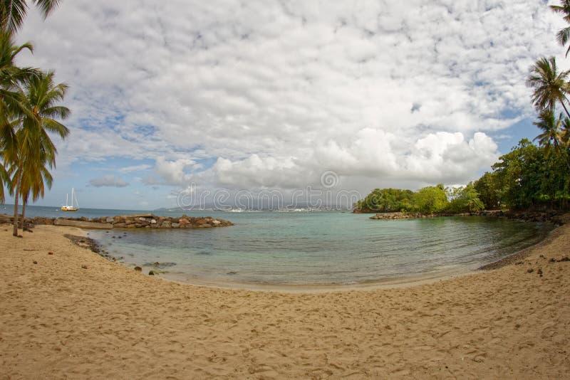 Liten strand på Pointe du Anfall med en sikt på Fort-de-France - Martinique royaltyfri foto