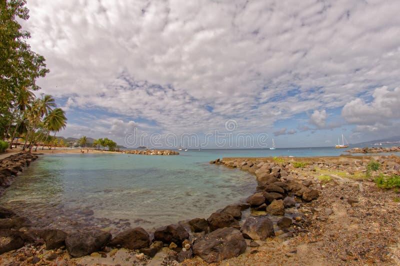 Liten strand på Pointe du Anfall med en sikt på Fort-de-France - Martinique royaltyfria bilder