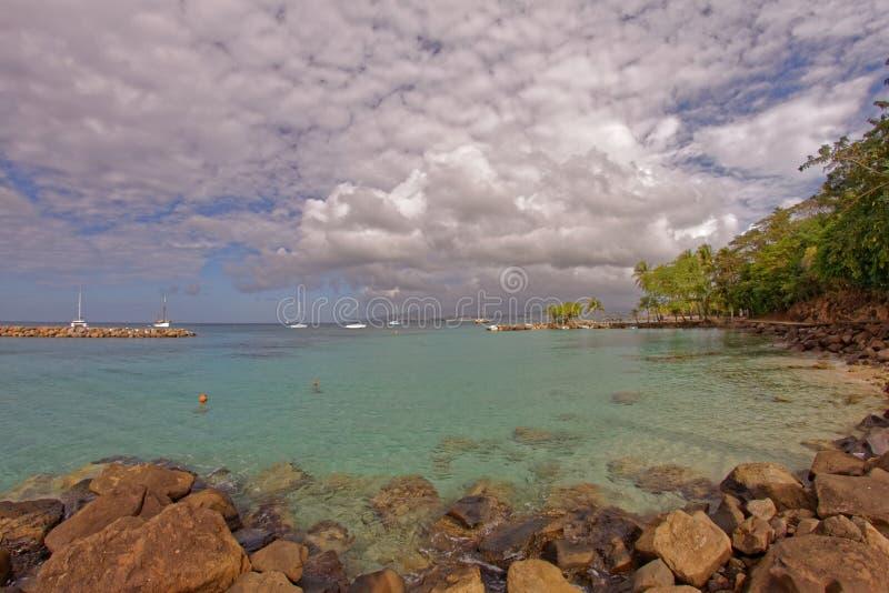 Liten strand på Pointe du Anfall med en sikt på Fort-de-France - Martinique fotografering för bildbyråer