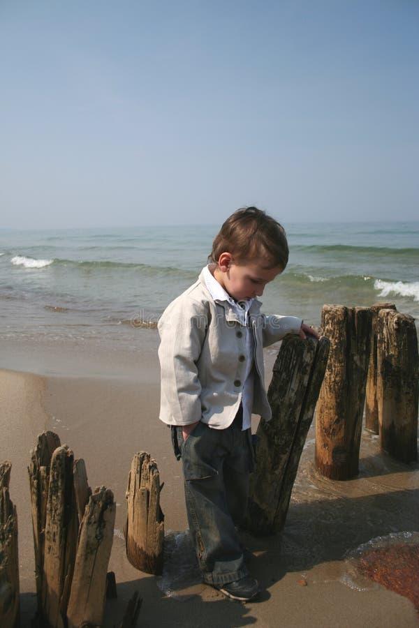 liten strandpojke arkivbild