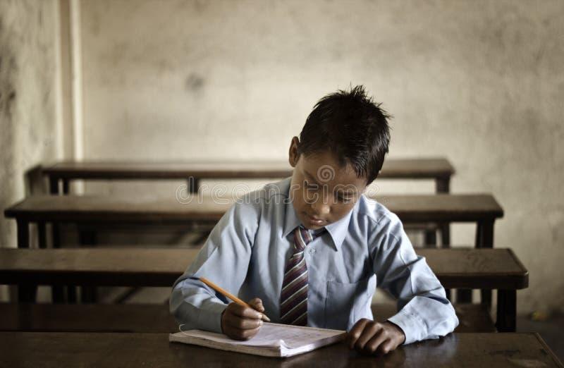 Liten student i Katmandu arkivbilder