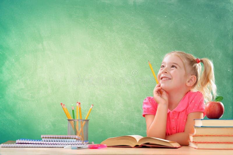 Liten student Thinking In Classroom royaltyfri bild