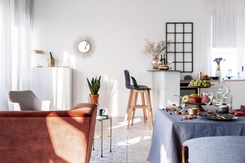 Liten studiolägenhet med öppen plankökuppehälle och äta middag område arkivbilder
