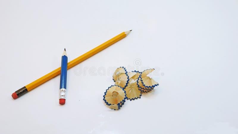 Liten svart blyertspenna med shavings royaltyfri bild