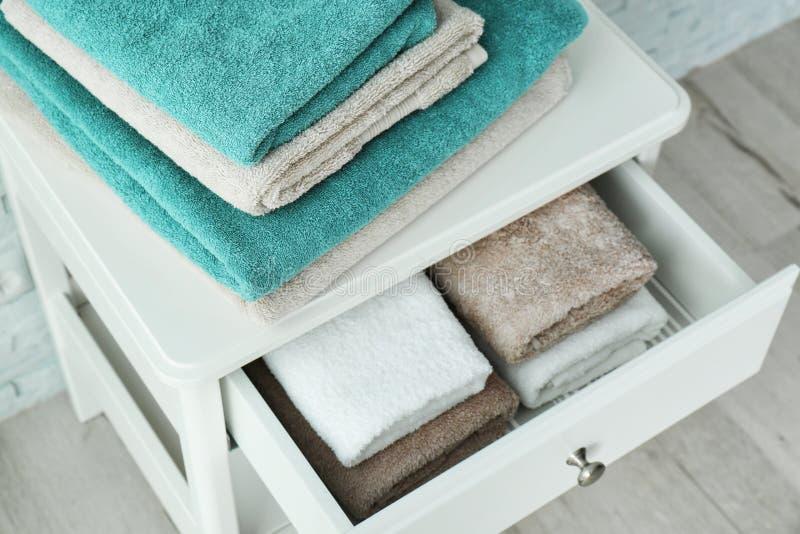 Liten tabell med rena handdukar royaltyfri bild
