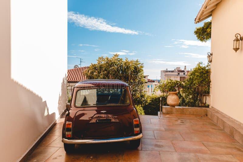 liten tappningbil som parkeras mellan gammal byggnad på den europeiska staden, Cannes, Frankrike royaltyfri foto