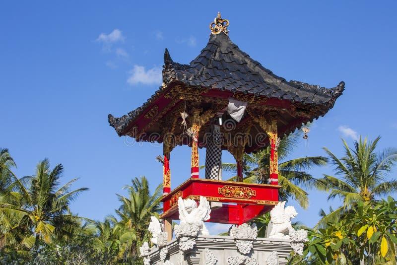 Liten tempel för bra andar, med den gula slags solskydd, Nusa Penida, Indonesien royaltyfria foton