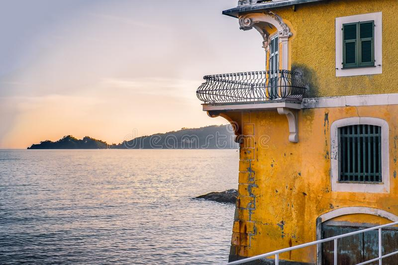 Liten terrass som in förbiser havet på solnedgången i den lyxiga forntida villan på golfen av Tigullio nära Portofino royaltyfria foton