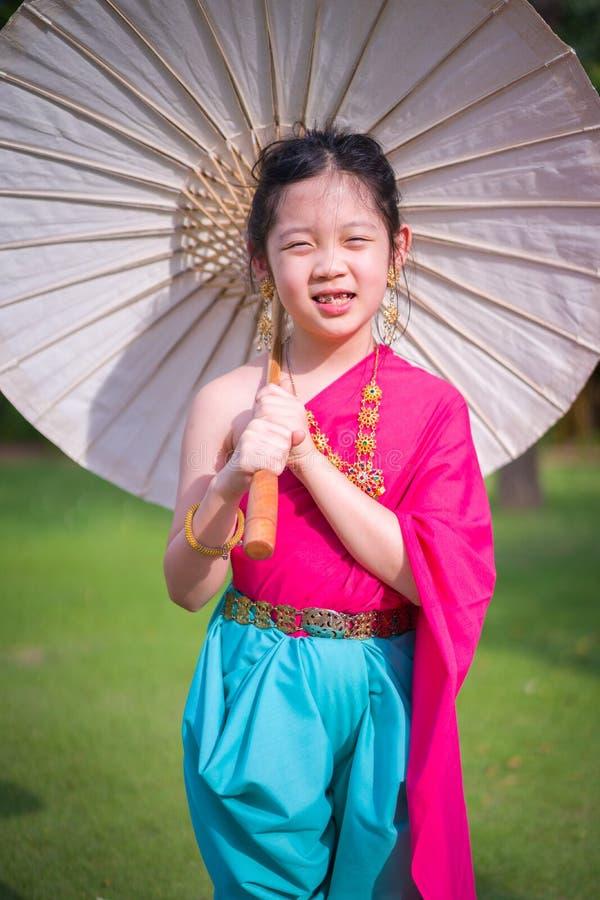 Liten thailändsk flicka, barn, i traditionell thailändsk dräkt royaltyfri bild