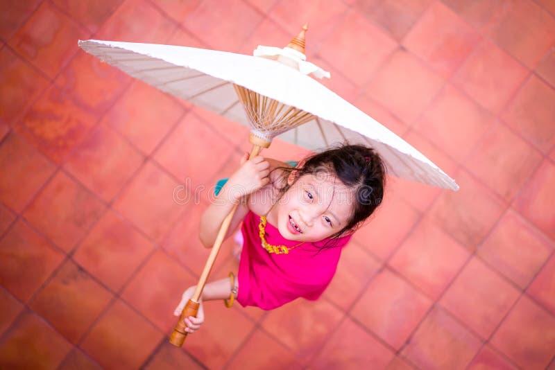 Liten thailändsk flicka, barn, i traditionell thailändsk dräkt arkivbild