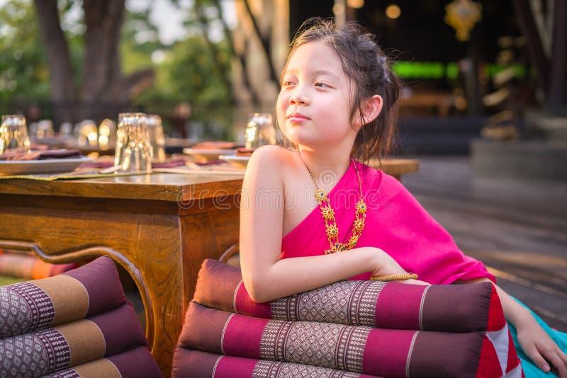 Liten thailändsk flicka, barn, i traditionell thailändsk dräkt arkivbilder