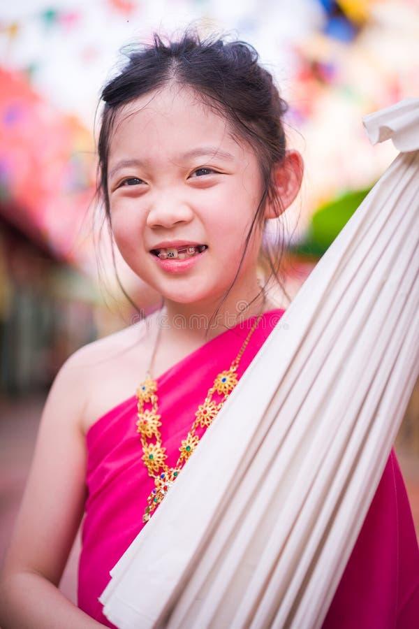 Liten thailändsk flicka, barn, i traditionell thailändsk dräkt royaltyfria foton
