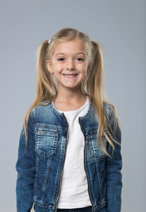 Liten tonårs- flicka i jeanslag, lyckligt le barn för liten unge royaltyfri foto
