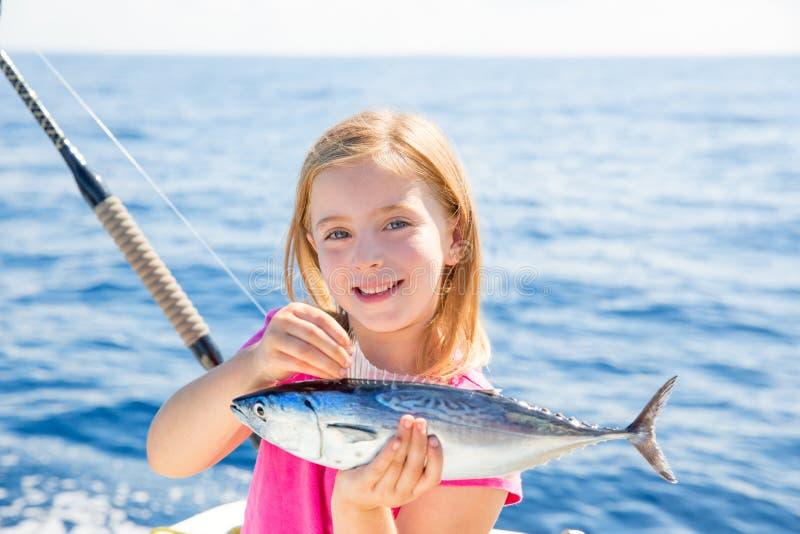 Liten tonfisk för blond tonfisk för ungeflickafiske som är lycklig med låset royaltyfri bild