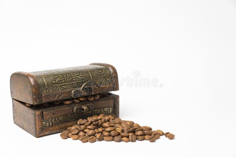 Liten träask med kaffebönor royaltyfri bild