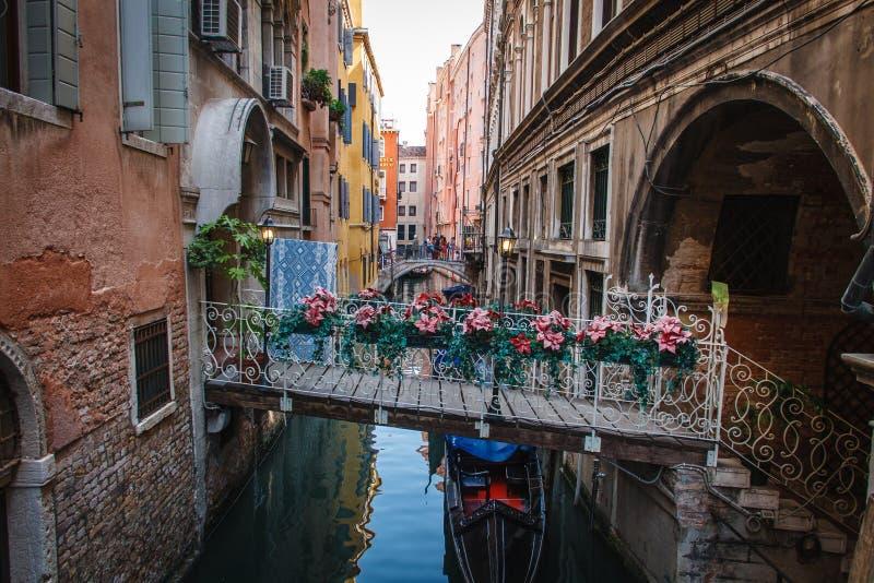 Liten träbro i Venedig, Italien royaltyfria bilder