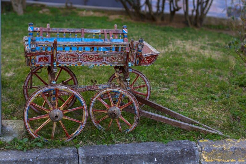 Liten trävagn på en äng i byn royaltyfria bilder