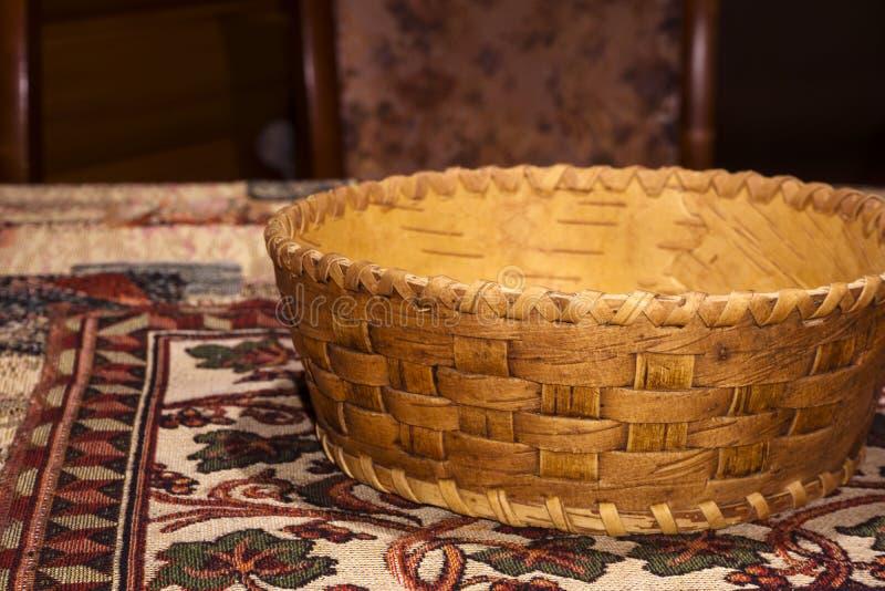 Liten traditionell korg för lägenhet för björkskäll för produkter arkivfoton