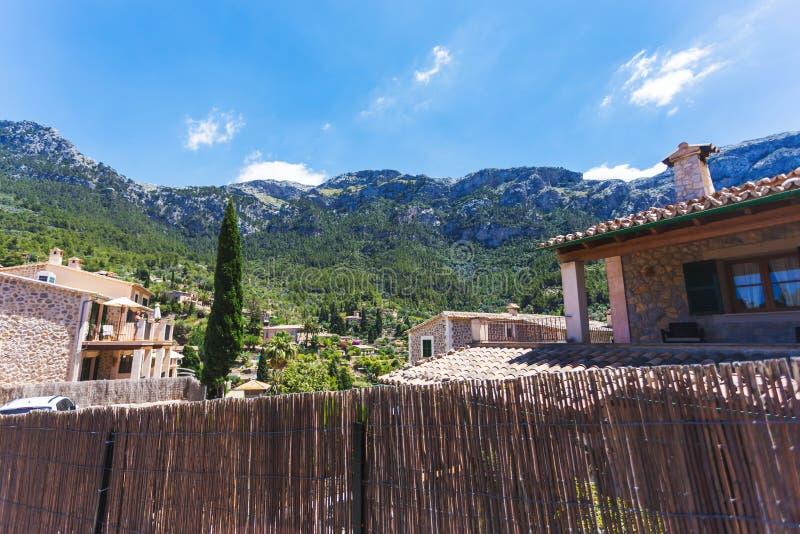 Liten traditionell stad av Deia i berg av Mallorca arkivbilder