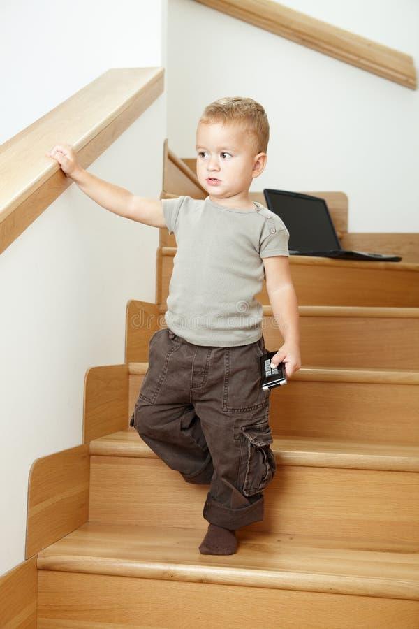 liten trappaplattform för pojke royaltyfria foton