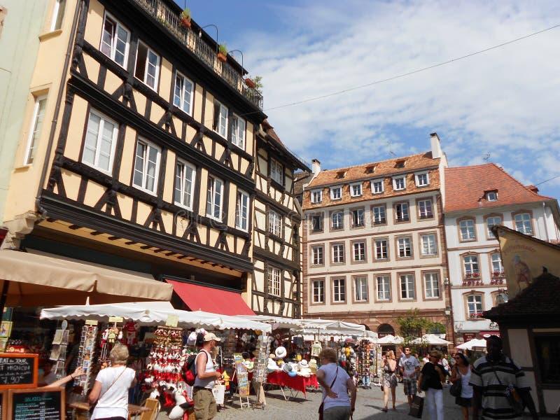 Liten trevlig fyrkant i hjärtan av gamla Strasbourg, Frankrike arkivfoto