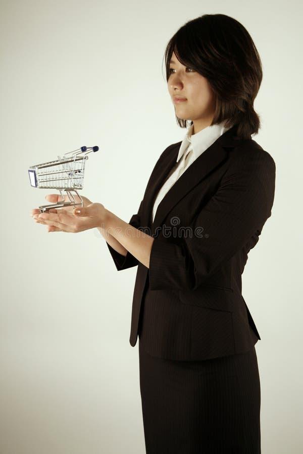 liten trolley för asiatisk affärskvinna royaltyfri foto