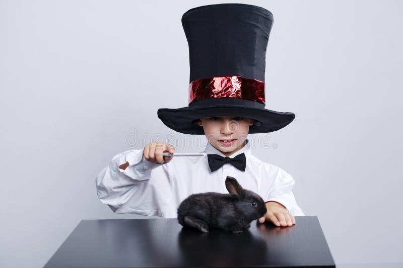 Liten trollkarl med kaninstudioskottet arkivbild