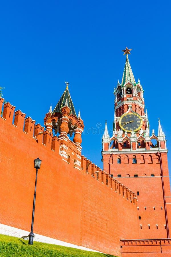 Liten tsar och högväxta Spasskaya (frälsare) torn av Moskva Kremli arkivfoton