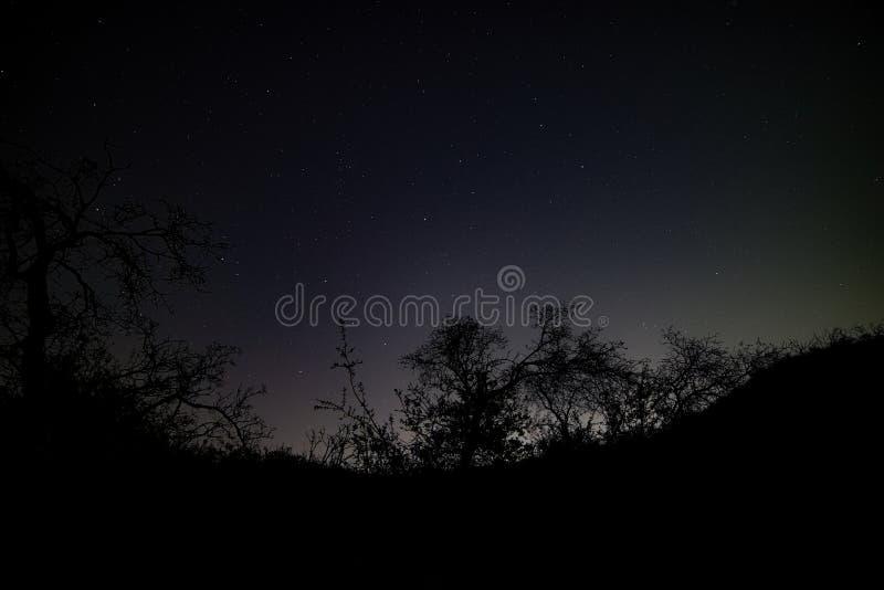 Liten Tujunga kanjon - mörka himlar mellan den San Fernando Valley och Santa Clarita dalen i Los Angeles County Kalifornien arkivbild