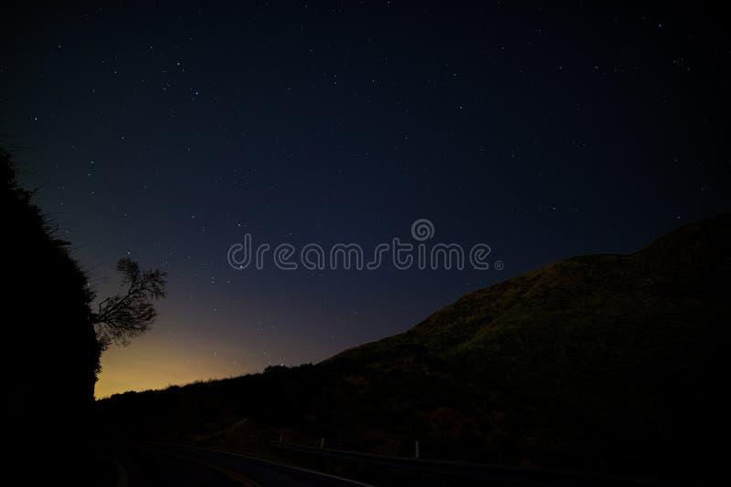 Liten Tujunga kanjon - mörka himlar mellan den San Fernando Valley och Santa Clarita dalen i Los Angeles County Kalifornien fotografering för bildbyråer