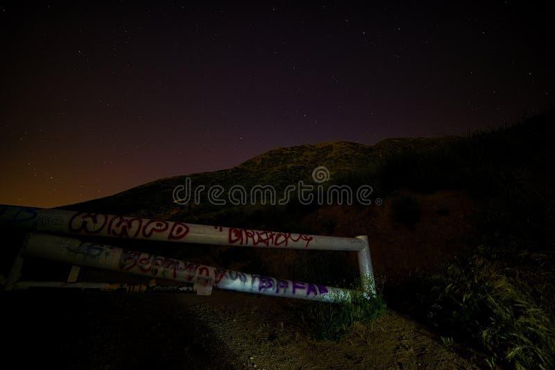 Liten Tujunga kanjon - mörka himlar mellan den San Fernando Valley och Santa Clarita dalen i Los Angeles County Kalifornien royaltyfri fotografi