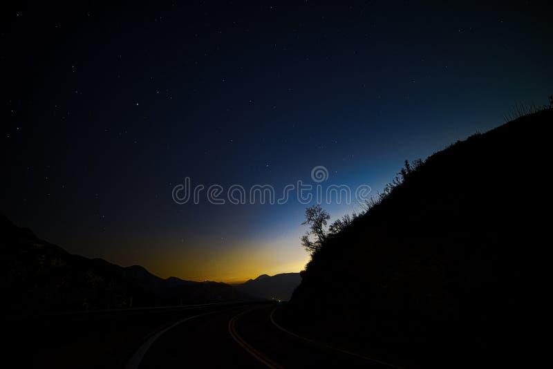 Liten Tujunga kanjon - mörka himlar mellan den San Fernando Valley och Santa Clarita dalen i Los Angeles County Kalifornien royaltyfri foto