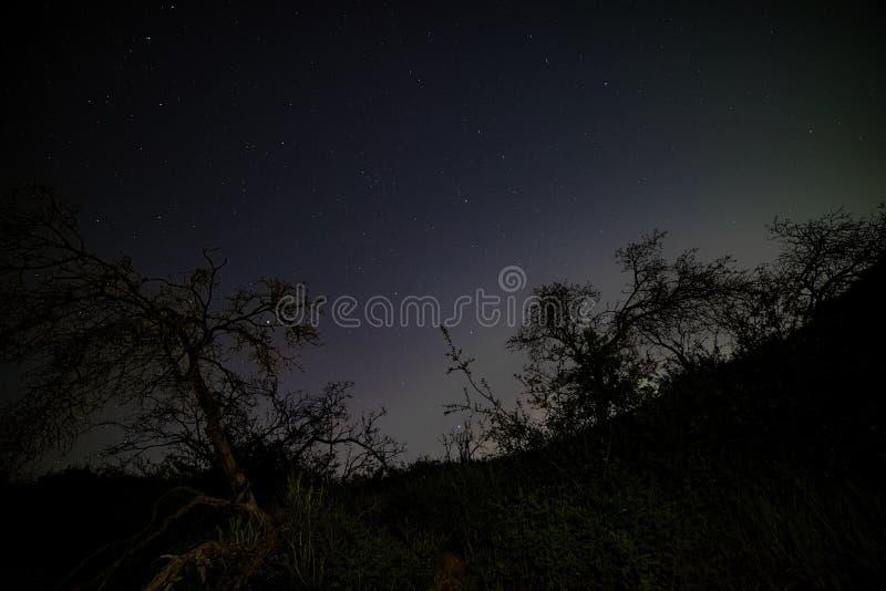 Liten Tujunga kanjon - mörka himlar mellan den San Fernando Valley och Santa Clarita dalen i Los Angeles County Kalifornien arkivfoto