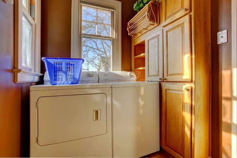 Liten tvättstuga med packningen och torken fotografering för bildbyråer