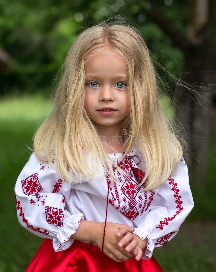 Liten ukrainsk flicka royaltyfri bild