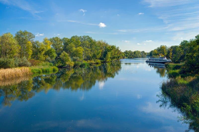Liten ukrainsk flod Oril på den soliga höstliga dagen royaltyfri fotografi