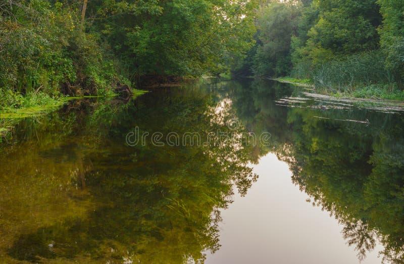 Liten ukrainsk flod Vorskla på slutet av sommarsäsongen arkivbild