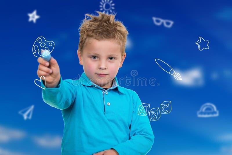 Liten unge omkring som drar något med krita arkivfoton