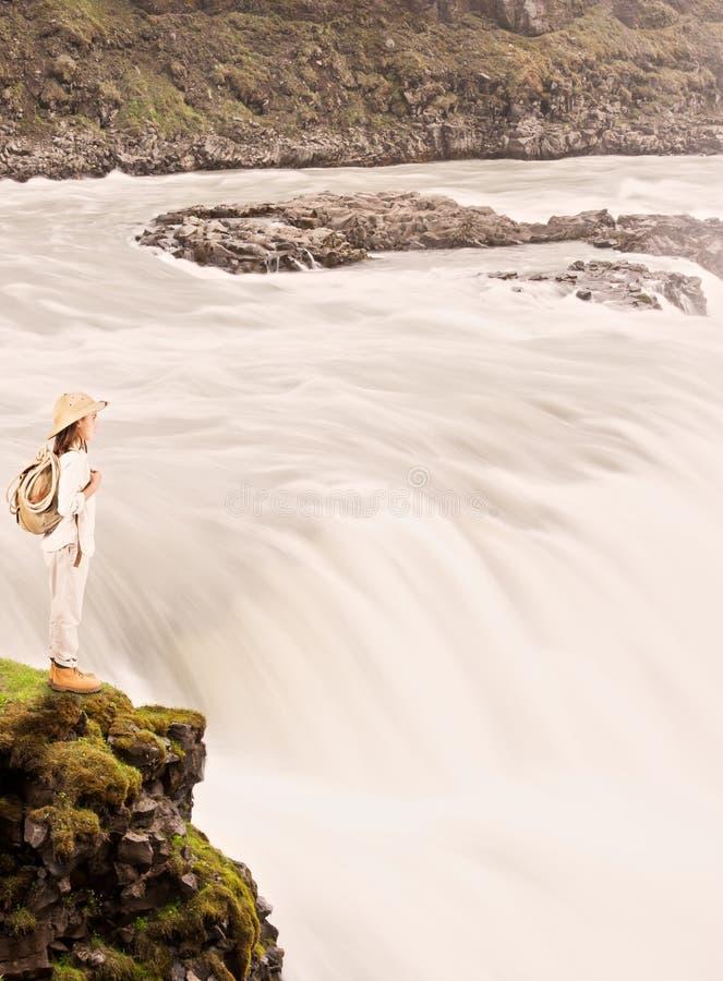 Liten utforskare på vattenfallet arkivfoto
