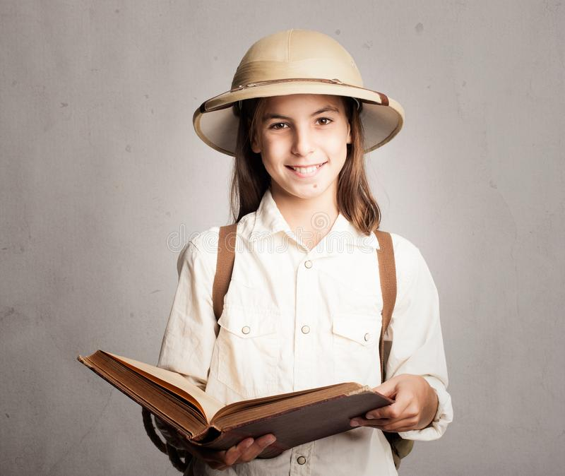 Liten utforskare som läser en bok arkivbild