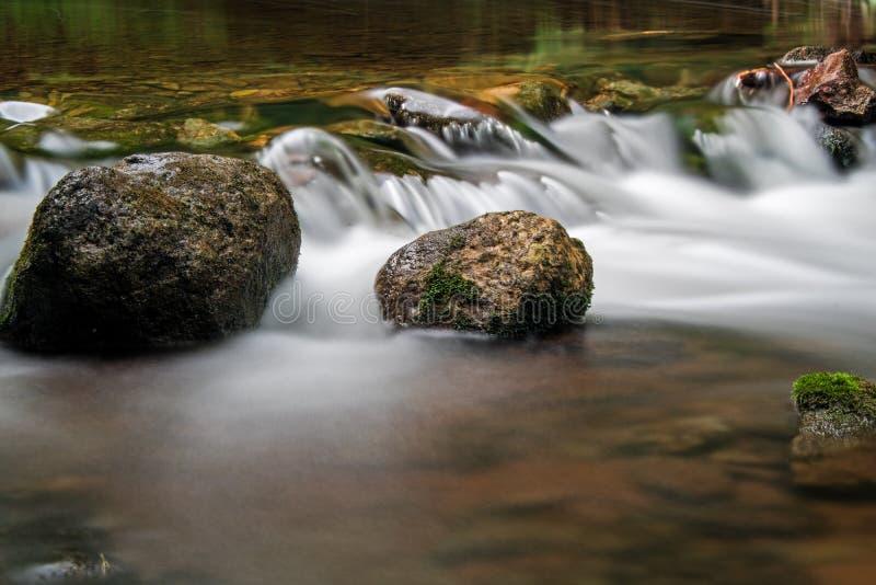 Liten vattendroppe som mjuknas av lång exponering på den Boyne floden royaltyfri fotografi