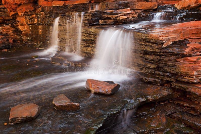 Liten vattenfall i den Hancock klyftan, Karijini NP, västra Austr arkivbild