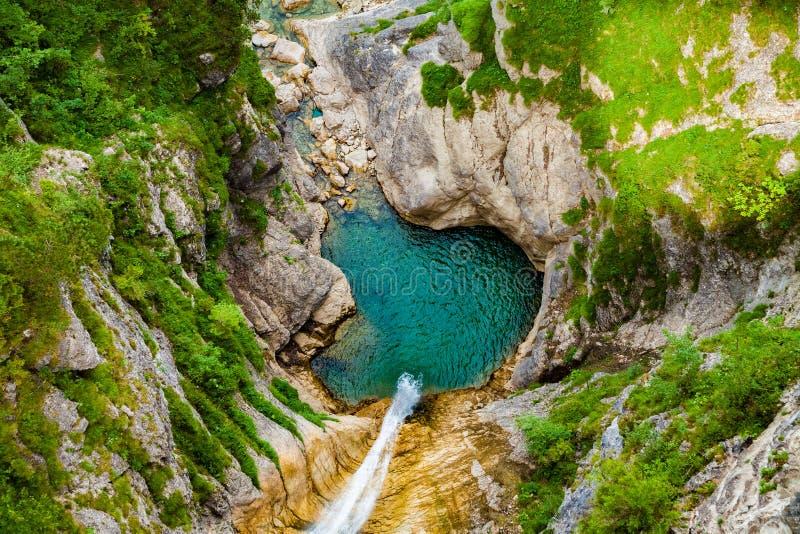 Liten vattenfall i Neuschwanstein arkivbild